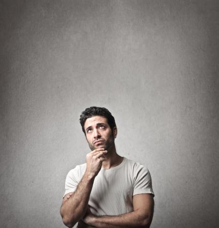 hombres trabajando: hombre joven piensa