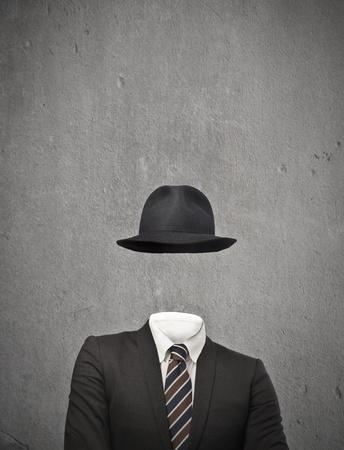 conundrum: uomo d'affari con il cappello invisibile