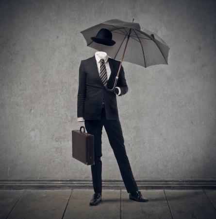 conundrum: uomo d'affari invisibile con cappello e ombrello