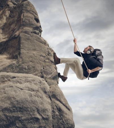 若い男は岩登り