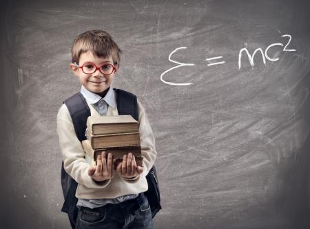 vzdělání: malé dítě drží knihy