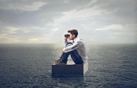 jonge man op zoek landschap met verrekijkers Stockfoto