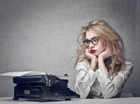 typewriter: pensamiento hermoso periodista rubia