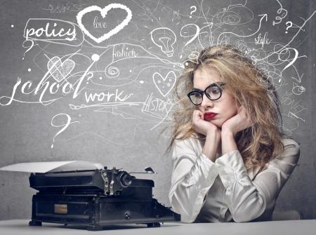 persona confundida: pensamiento hermoso periodista rubia
