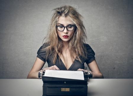 reporter: belle femme blonde �crit avec la machine � �crire Banque d'images