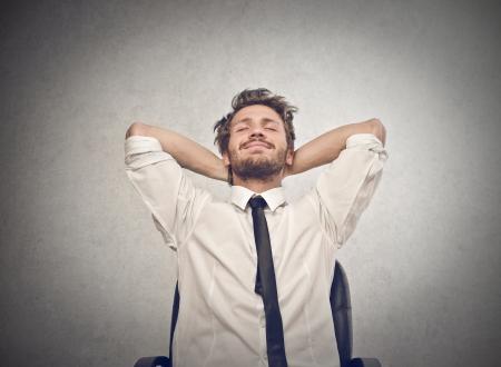 relaxes: feliz hombre de negocios se relaja