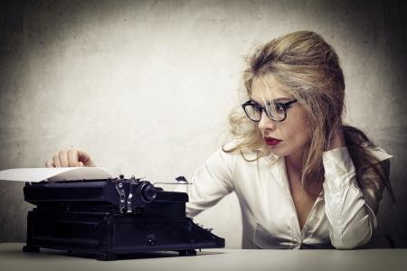 jonge journalist met schrijfmachine Stockfoto