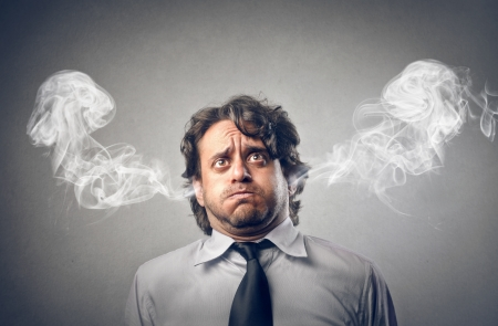 연기가 그의 귀에서 나오는 화가 사업가 스톡 콘텐츠