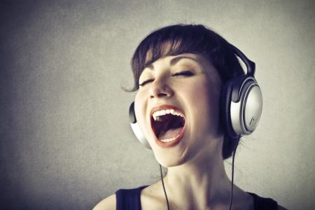 audifonos: mujer joven con auriculares cantando