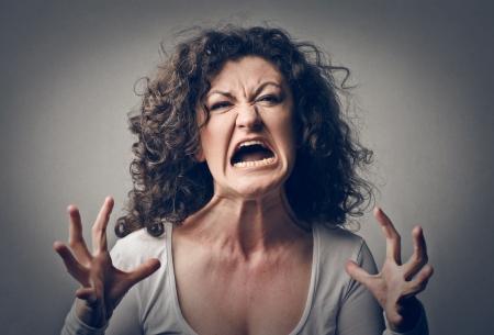 mujer fea: Mujer furiosa gritando