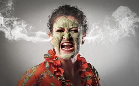 Mujer furiosa gritando con humo saliendo de sus orejas