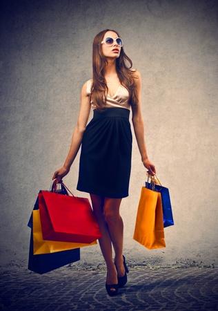 예쁜 여자는 쇼핑을 간다 스톡 콘텐츠