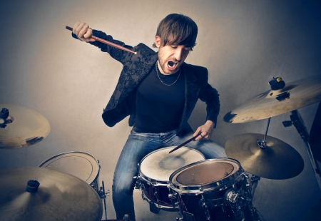 ruido: joven tocando la bater�a