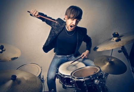 Młody mężczyzna gra na perkusji