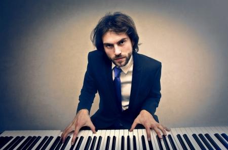 tocando piano: hombre tocando el piano