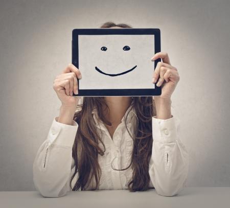 楽観: タブレットで若い幸せな女