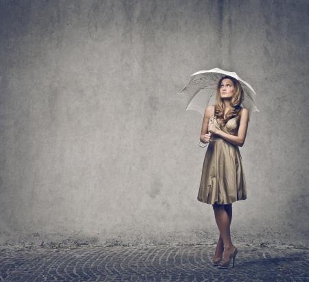 lluvia paraguas: mujer bonita con el paraguas