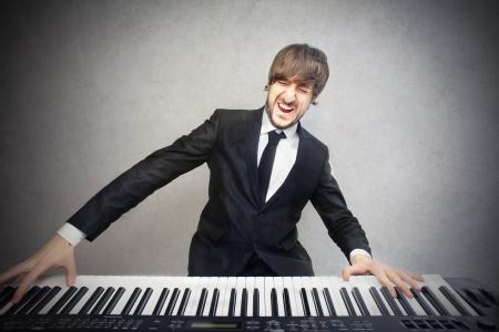 fortepian: mężczyzna gra na pianinie