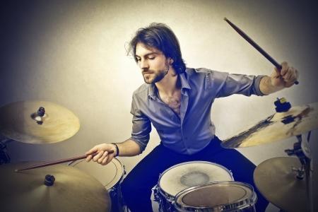 tambor: hombre tocando la batería Foto de archivo