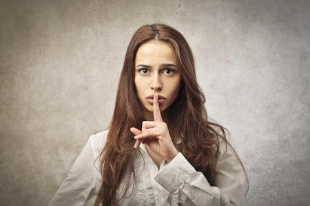 stil zijn: vrouw miming om vrij te zijn