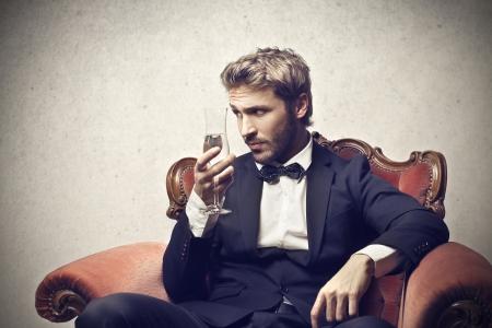 lazo negro: hombre inteligente con una copa de champán