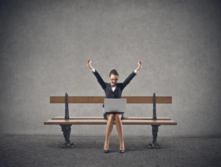 femme d'affaires excités levant les bras