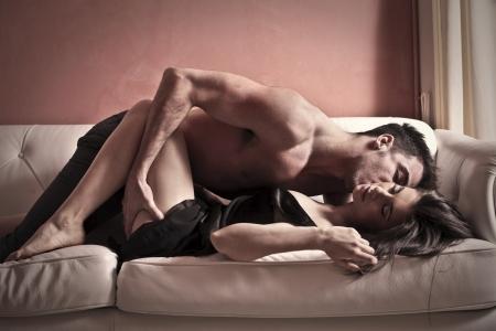man and woman sex: любителей на диване Фото со стока