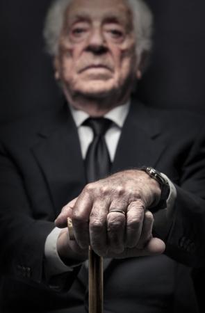 m�s viejo: anciano sosteniendo un palo Foto de archivo