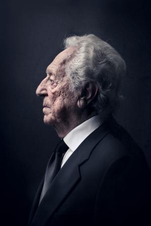 hombre de perfil: el perfil de una persona mayor Foto de archivo