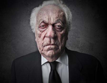 jefe enojado: anciano con una expresión seria