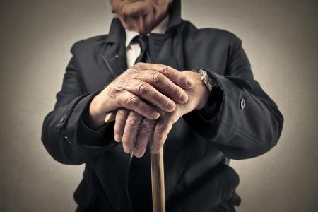 hombre viejo: anciano sosteniendo un palo Foto de archivo