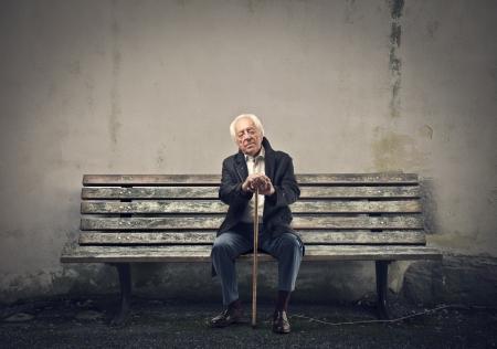 vieux: senior assis sur un vieux banc