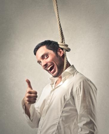 optimismo: hombre colgado a sí mismo con la felicidad