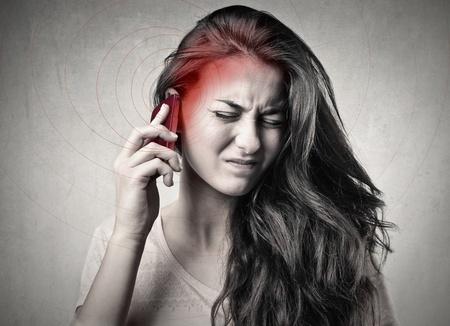 ruido: mujer llamando en blanco y negro