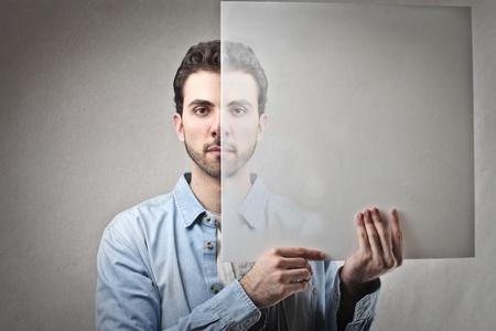 honestidad: hombre con un vaso en la mano Foto de archivo