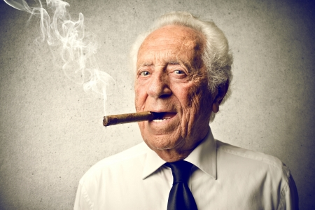 hombre fumando: anciano fumando un cigarro