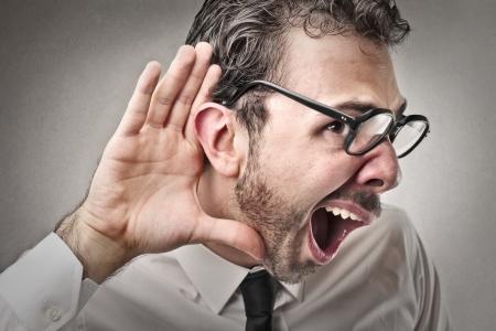 stupor: hombre escuchando algo
