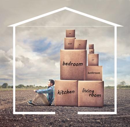 Montage: Mann in einem Unentschieden Haus mit einigen Boxies