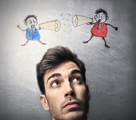 hombre pensando: Hombre que piensa en dos opciones