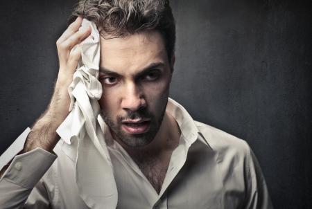 man opruimen van zijn zweet met een handdoek