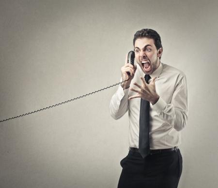 empresario enojado: hombre de negocios enojado llamando