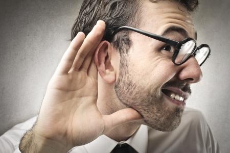 hombre tratando de escuchar