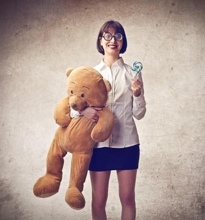 mujer fea: mujer que sostiene un oso de peluche sonriendo Foto de archivo