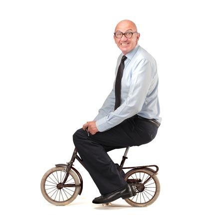 homme: homme d'affaires monte un petit vélo
