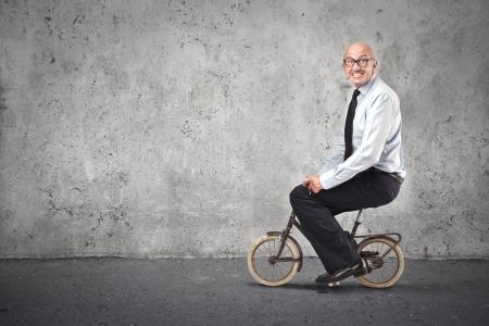 transportes: Empresario andar en bicicleta pequeña