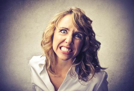mujer llorando: mujer enojada