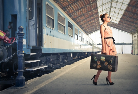 maletas de viaje: mujer hermosa bajar del tren