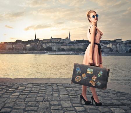 休日に彼女のスーツケースのファッション女性 写真素材