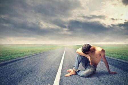 sad man: hombre desesperado en medio de la calle Foto de archivo