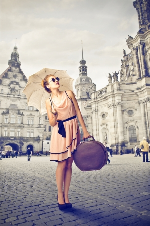 sunglasses: hermosa mujer con ropa de época